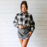 -Black and White Colors -Flannel Print -Button-Up -Collar -Long Sleeve -Drawstring Hem -Crop Top  Materials: 80% Cotton | 20% Polyester  HF21G359 FLAN BLKP