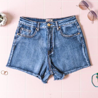 -Medium Wash -Raw Hem -Pockets -Belt Loops -Gold Button -Zipper -Fabric Stretches -Comes in 2 Washes -Shorts  Material: 71% Cotton 25% Polyester 2% Viscose 2% Spandex  OS8430 SHORT DKD