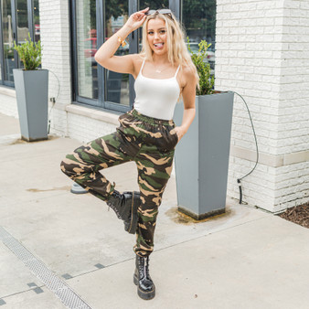 -Camo Print -Pockets -Elastic Waist -Elastic Ankles -Pants  Model is Wearing Size Small  Material: 100% Cotton  HF21C353 PANT CAMO