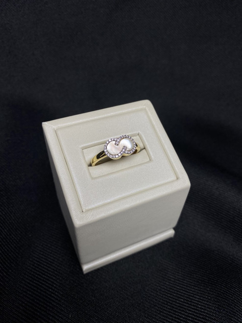 14kt Yellow Gold Mother of Pearl Ring with Diamonds
