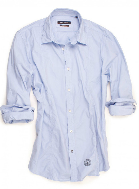 Marc O'Polo's light blue casual shirt is calm, cool and collected. It is an absolute wardrobe essential and goes with just about anything. The front seams add an exciting twist to a classic men's shirt. Feels amazing on so you can be at your best. 100% Cotton.