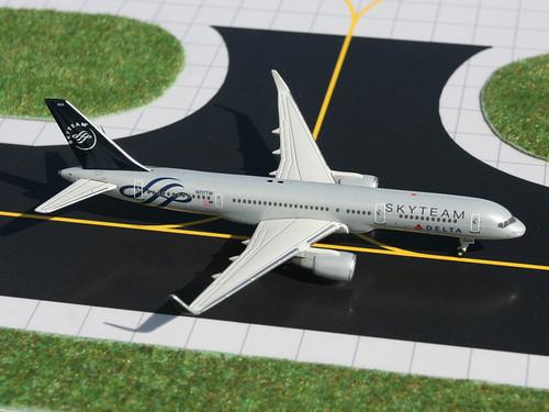 """Gemini Jets GJDAL982 Delta """"Skyteam"""" Boeing 757-200 (N717TW)"""