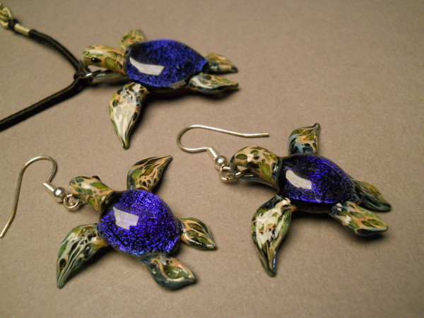 Sea turtles with blue Dichroic coloring at a different angle.
