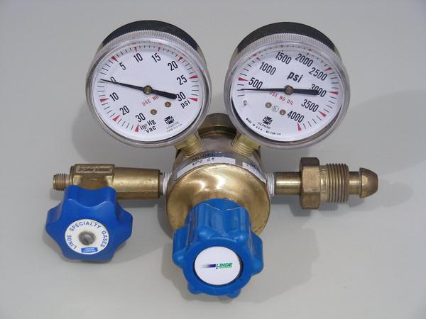 Union Carbide Linde UPE 25 4000 psi High Pressure Gas Regulator w/ Gauges +/- 30