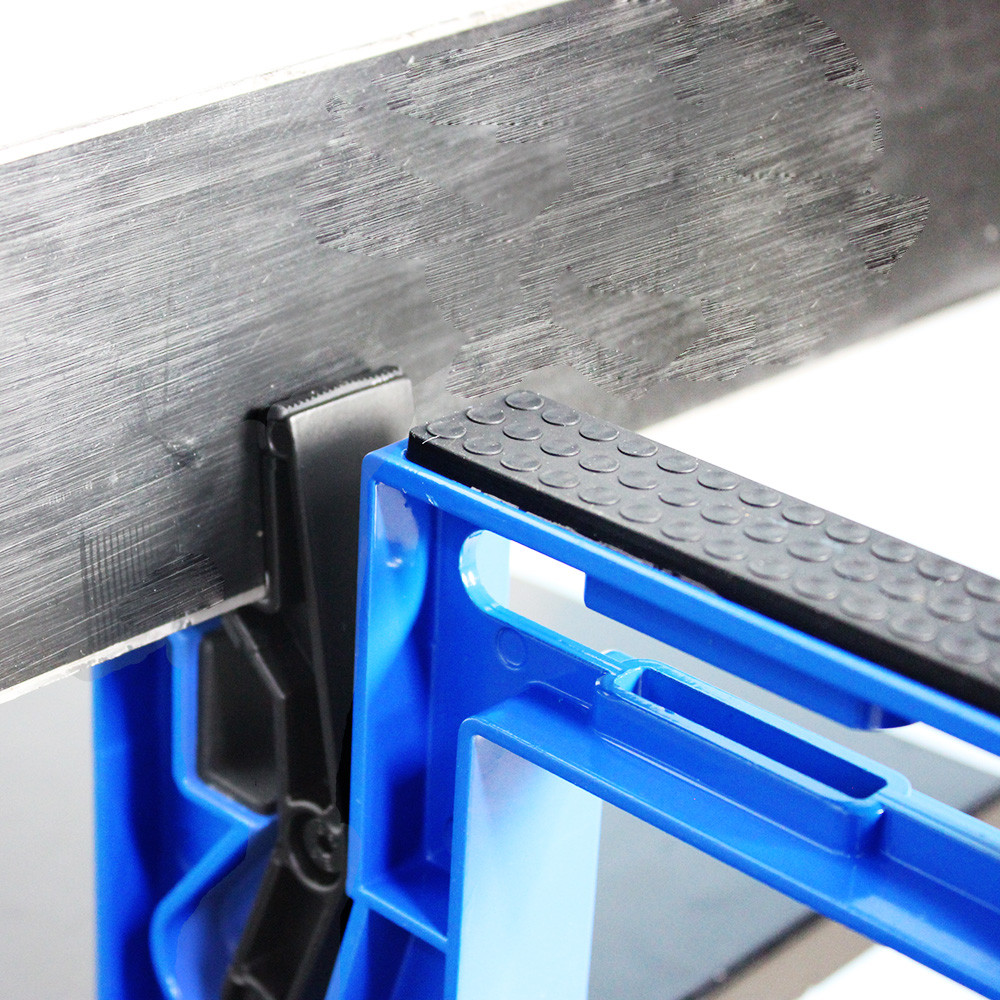 Clamping device for hold ski