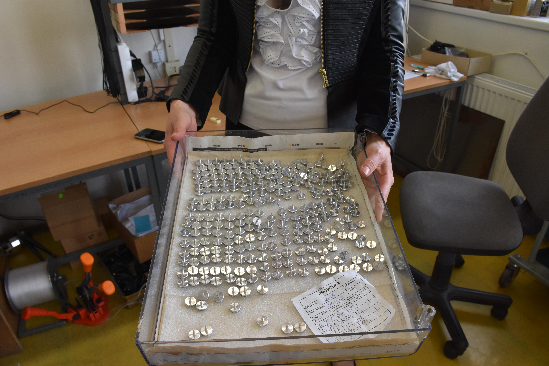 jozefina-holding-unipivot-screws.jpg