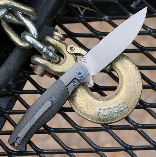 """We Knife Deacon Flipper 901D, 3.25"""" Bohler M390 Plain Edge Blade, Gray Carbon Fiber Handle"""