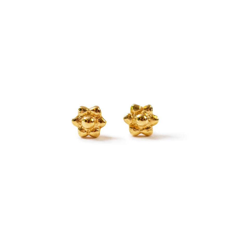 flower shaped gold post earrings