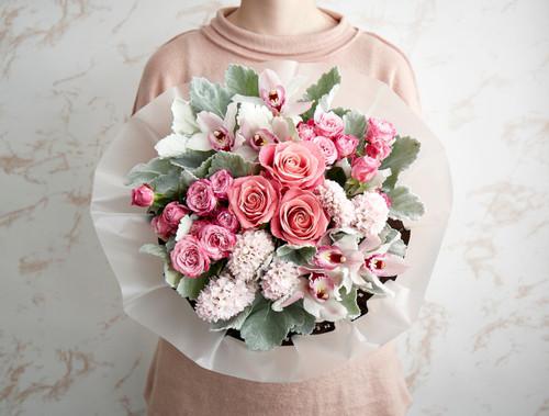 Hermosa Roses, Lady Bombastic Spray Roses, Hyacinth, Cymbidium Orchids, Senecio.
