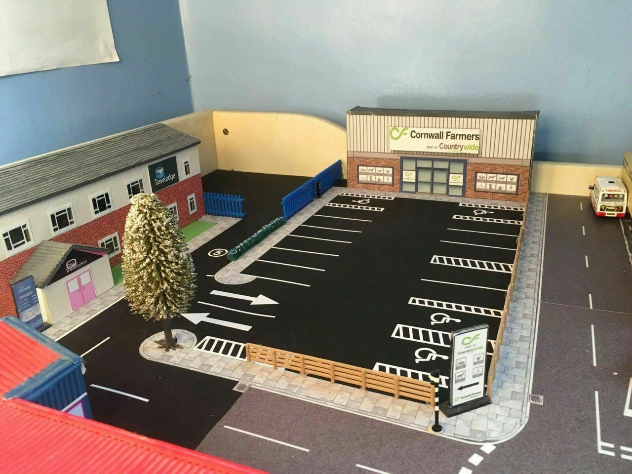 1:76 / OO gauge Road White Lining Kit - Business and Retail
