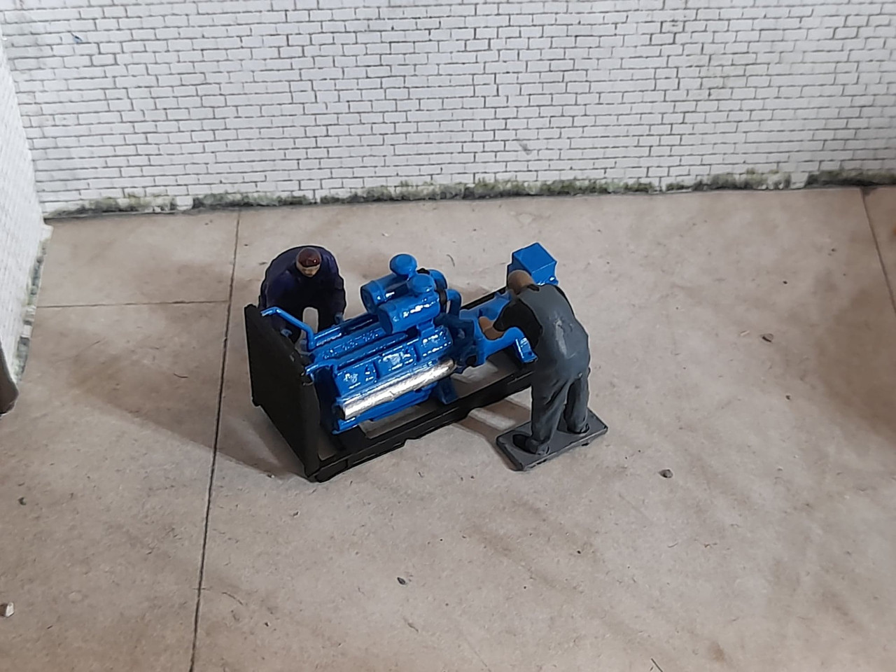 1:76 Scale, 00 Gauge Detailed generator with 2 workers ( hand painted)