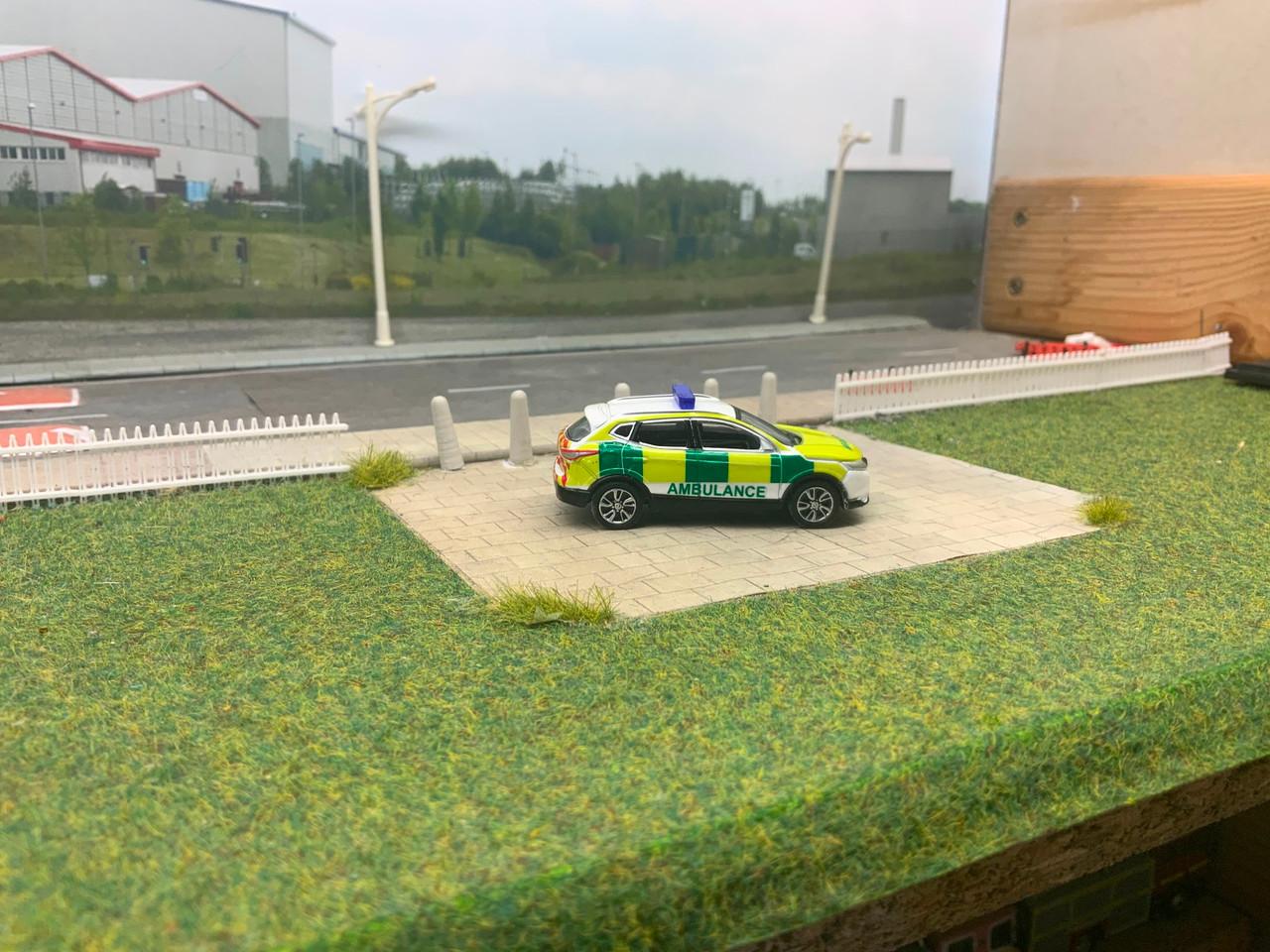 1:76 Code 3 Nissan Qashqai Ambulance rapid response (White)