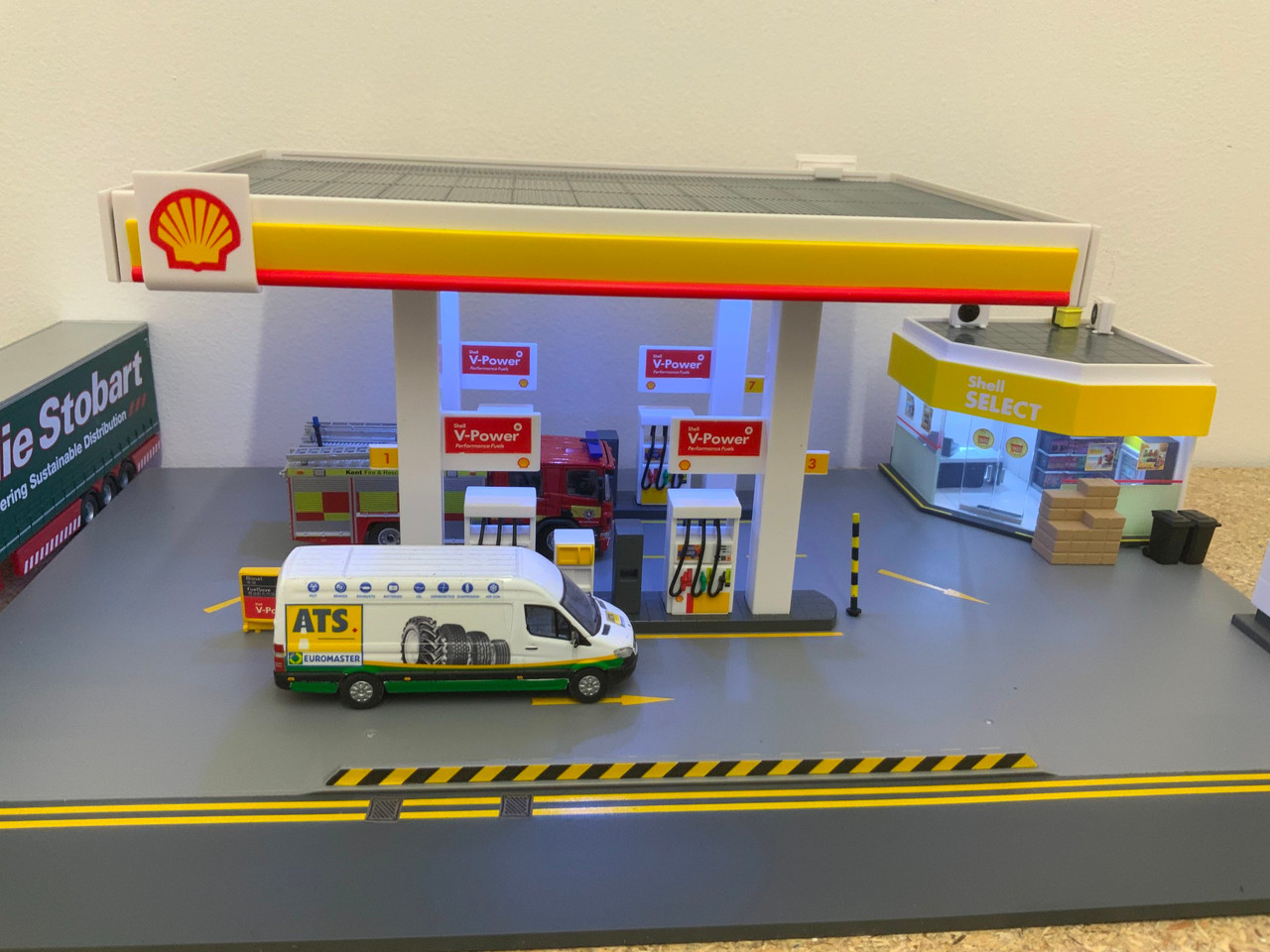 Shell petrol station diorama with lights suits 1:76 scale