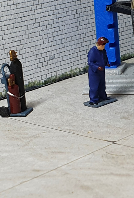 1:76 Scale Acetylene bottles with figure (painted/un-painted)