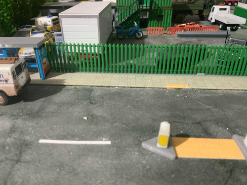1:76 scale SR Hobbies 3D printed long palisade fence (Green)