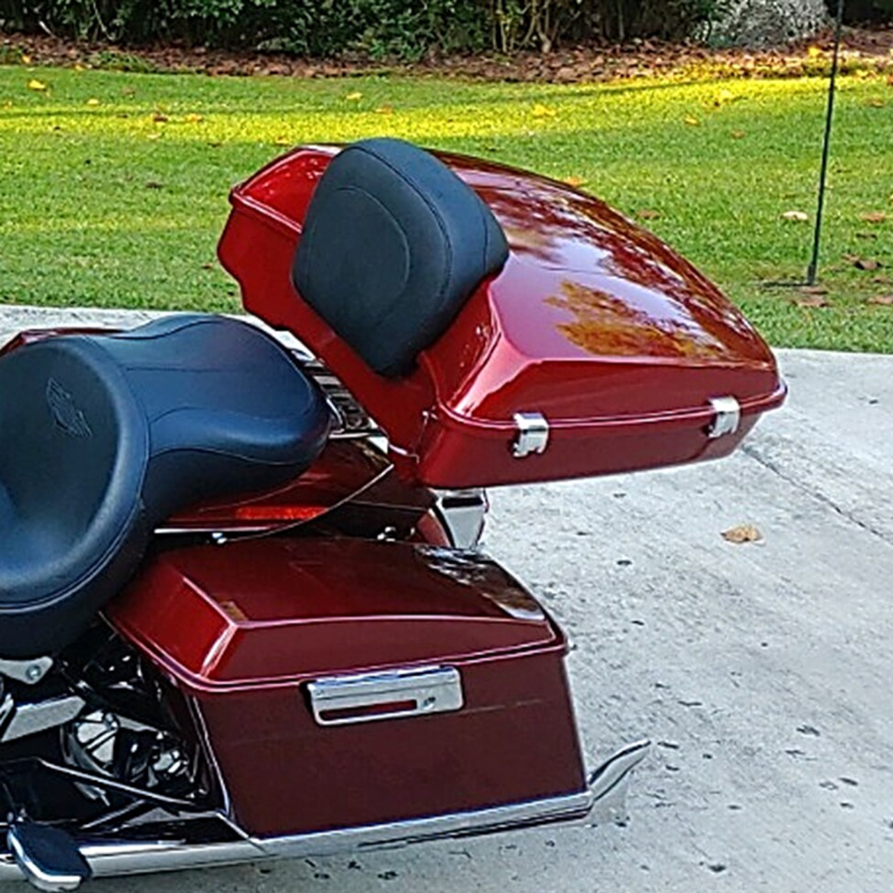 Harley Custom Color SLIM Tour Pack on polished stainless Softail Rack #RX-TRPSFTL-PS (hinge view)