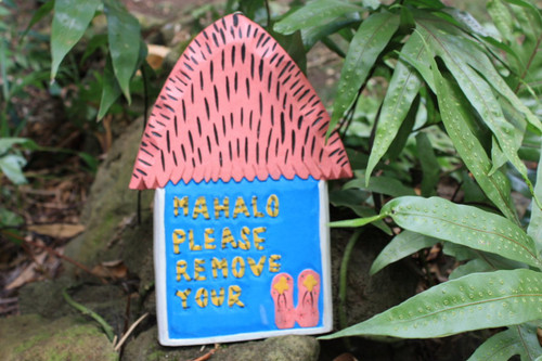 """Mahalo Please Remove Your Slippers 12"""" - Tiki Hut - Pink/Blue 