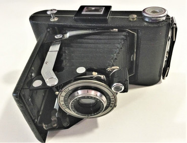 Pre-Owned Kodak Vigilant Six-20 camera. FLASH DAKON SHUTTER, ANTISTIGMAT F:6.3 105MM LENS with case