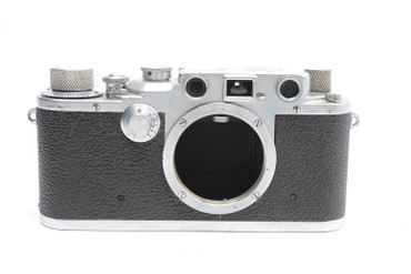 Pre-Owned Leica IIIc RED CURTAIN (1941) (SN:369220) w/ 50mm F/2.0 lens (Total Made:400). w/ Summitar 50mm f/2 lens, built in the year 1939. 5500 were made (SN:505527).