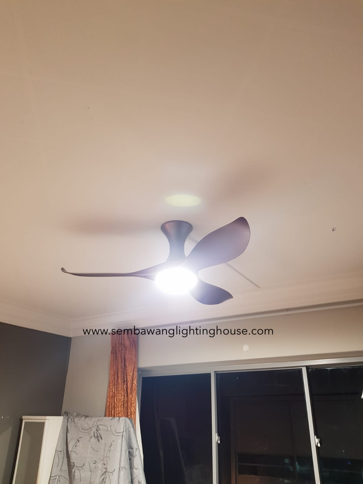 efenz-hugger-ceiling-fan-with-light-midnight-titanium-01.jpg