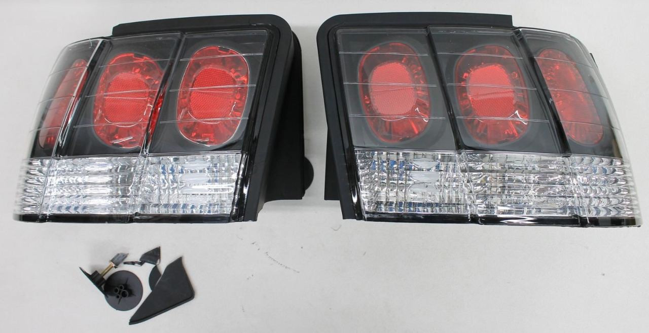 Taillights Taillamps Rear Brake Lights Pair Set NEW for 99-04 Ford Mustang