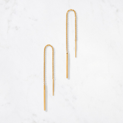 Sensual and undeniably cool, our Linear Threader Earring is a long, delicate chain of 22 karat polished gold links finished with slim gold bars that thread gracefully through your lobes.