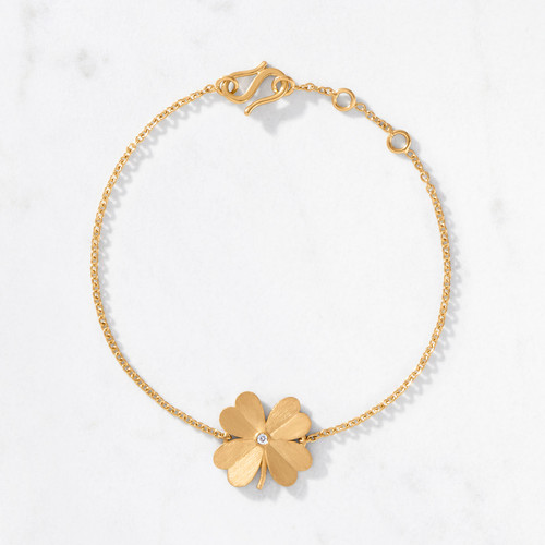 Add a lucky charm with the flick of a wrist. Our 4 Leaf Clover Bracelet shines bright with a gold weight of 5.4 grams. Handcrafted from 22 karat satin finished gold with a central round cut diamond.