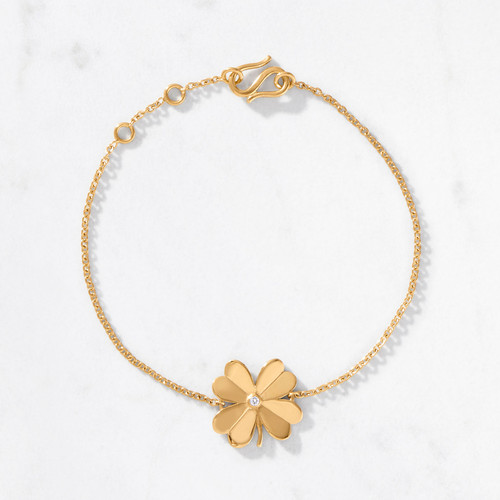 Add a lucky charm with the flick of a wrist. Our 4 Leaf Clover Bracelet shines bright with a gold weight of 5.4 grams. Handcrafted from 22 karat polished gold with a central round cut diamond.