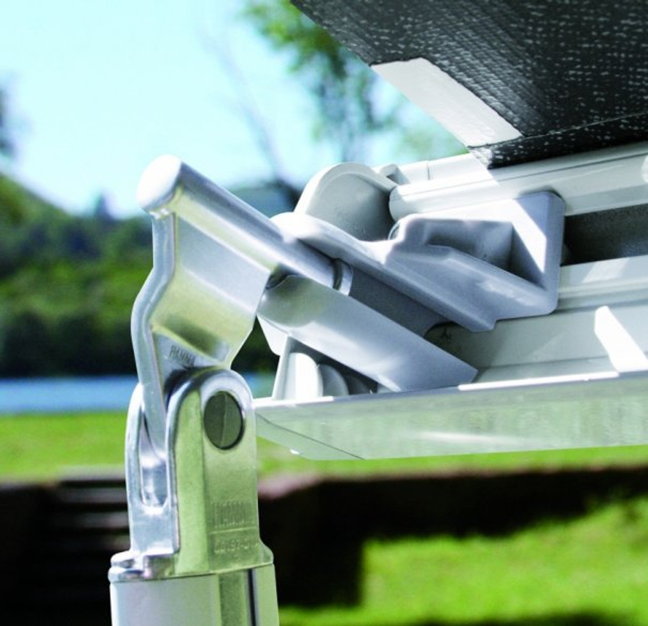 Fiamma F45s comes with reinforced joints and telescopic legs for the adjustement of the lead bar