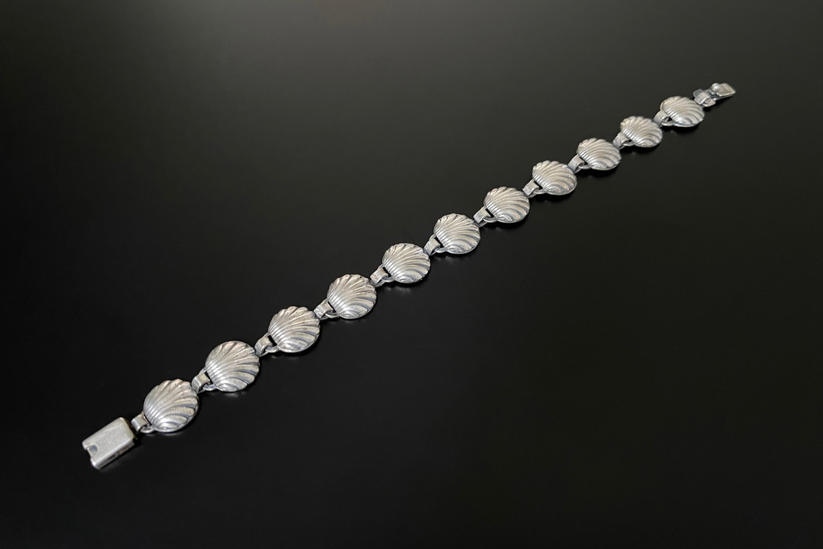 A Dainty Danish Sterling Silver Bracelet Modelled as clam shell panels Sterling silver Total length: 170mm