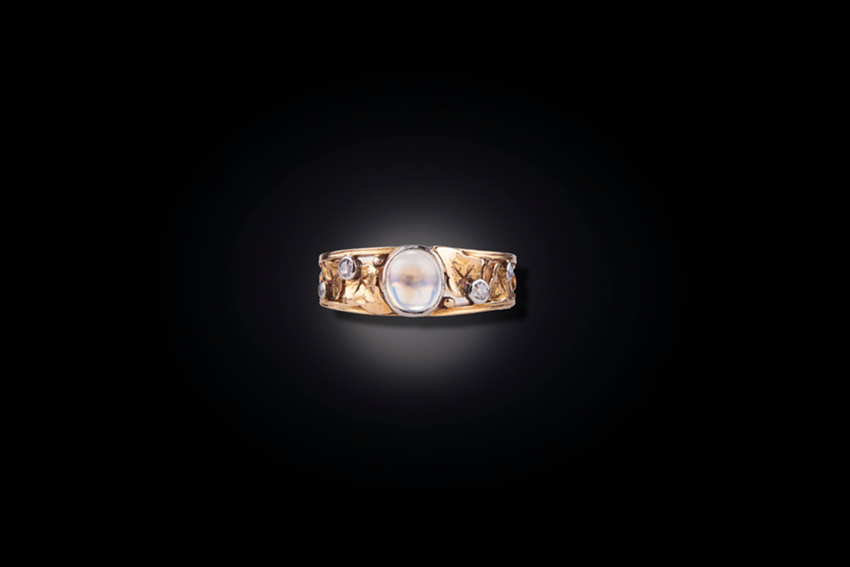 Art Nouveau diamond and cabochon moonstone ring  18ct yellow gold. Circa 1900.