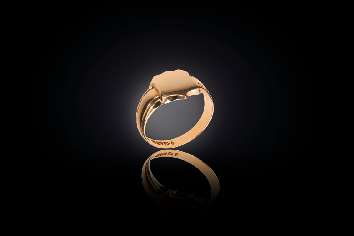 Shield Signet Ring. 18ct yellow gold. Chester, 1939.