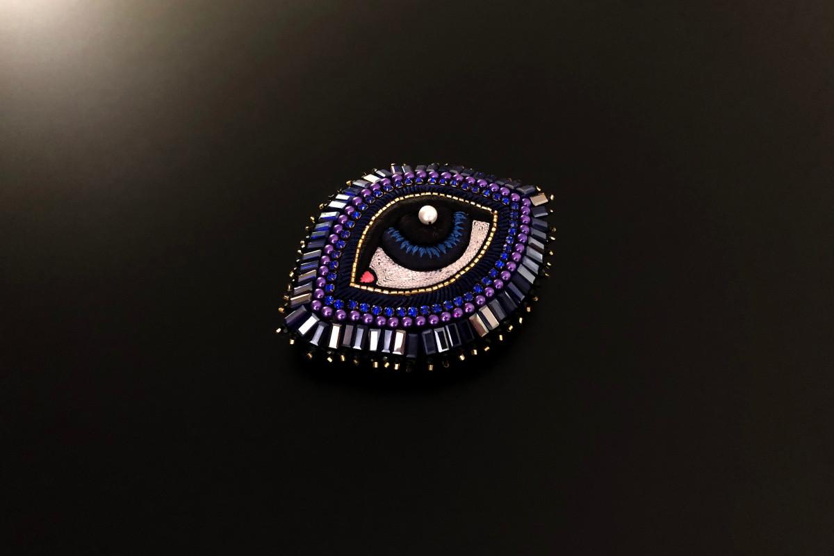 Blue eye brooch by Celeste Mogador.