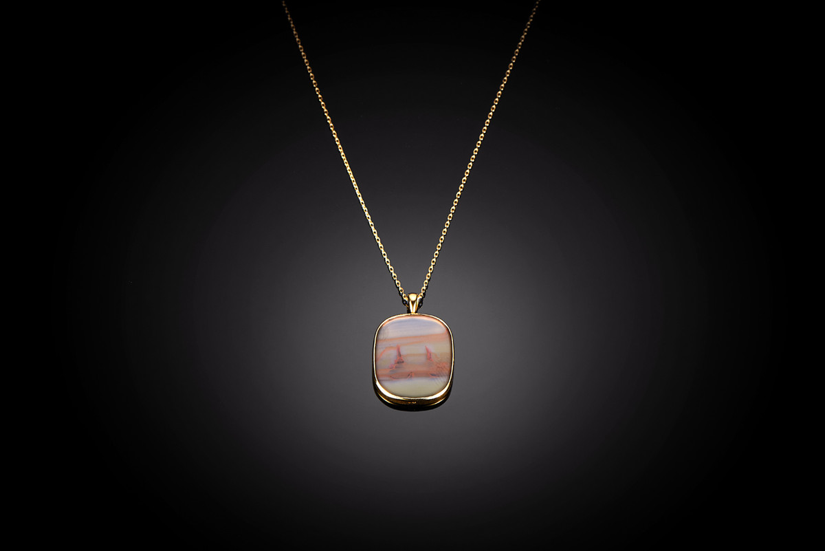 An agate Pendant with gold frame and chain.
