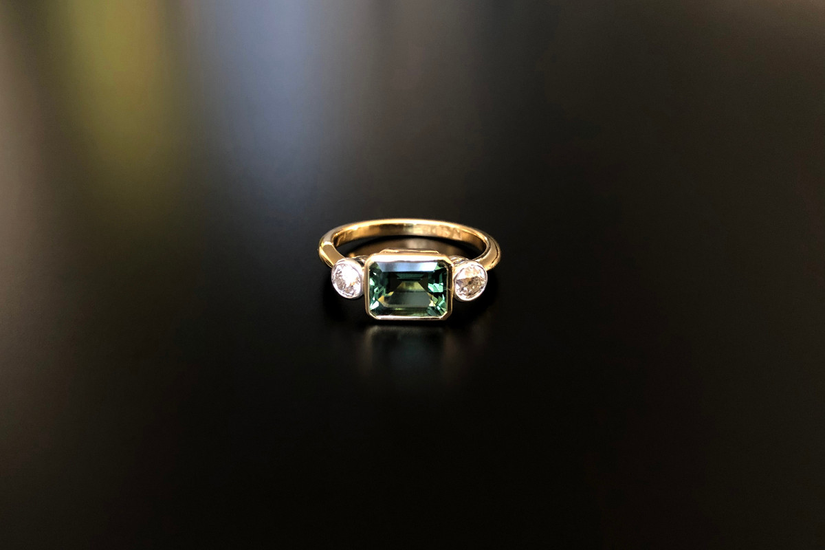Green tourmaline and diamond ring. 18k gold.