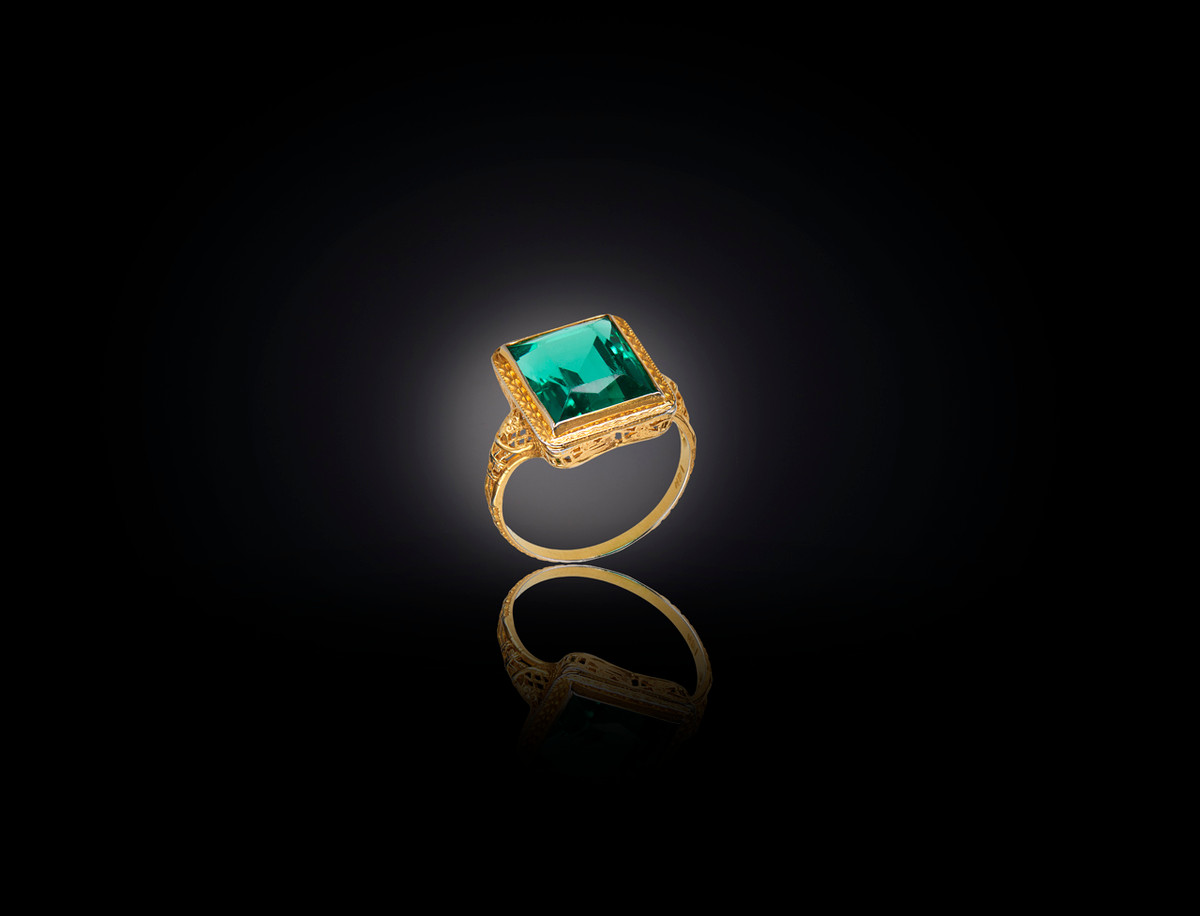 Emerald paste ring with finely pierced filigree frame. 14ct yellow gold frame. French