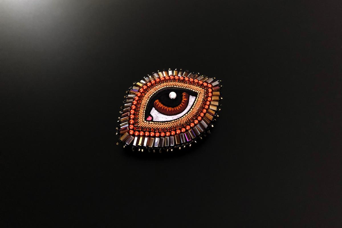 Medium Chestnut Eye Brooch. Miyuki Japanese gold beads. Silk from the house of Au Ver à Soie. Handmade.