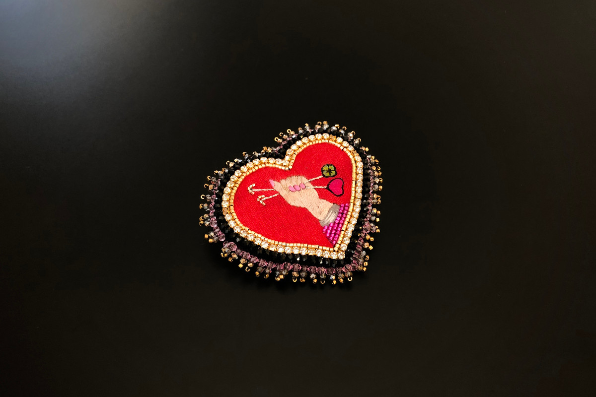 Heart Brooch with Hand Holding Arrow. Miyuki Japanese gold beads. Silk from the house of Au Ver à Soie. Handmade. 8 x 7cm