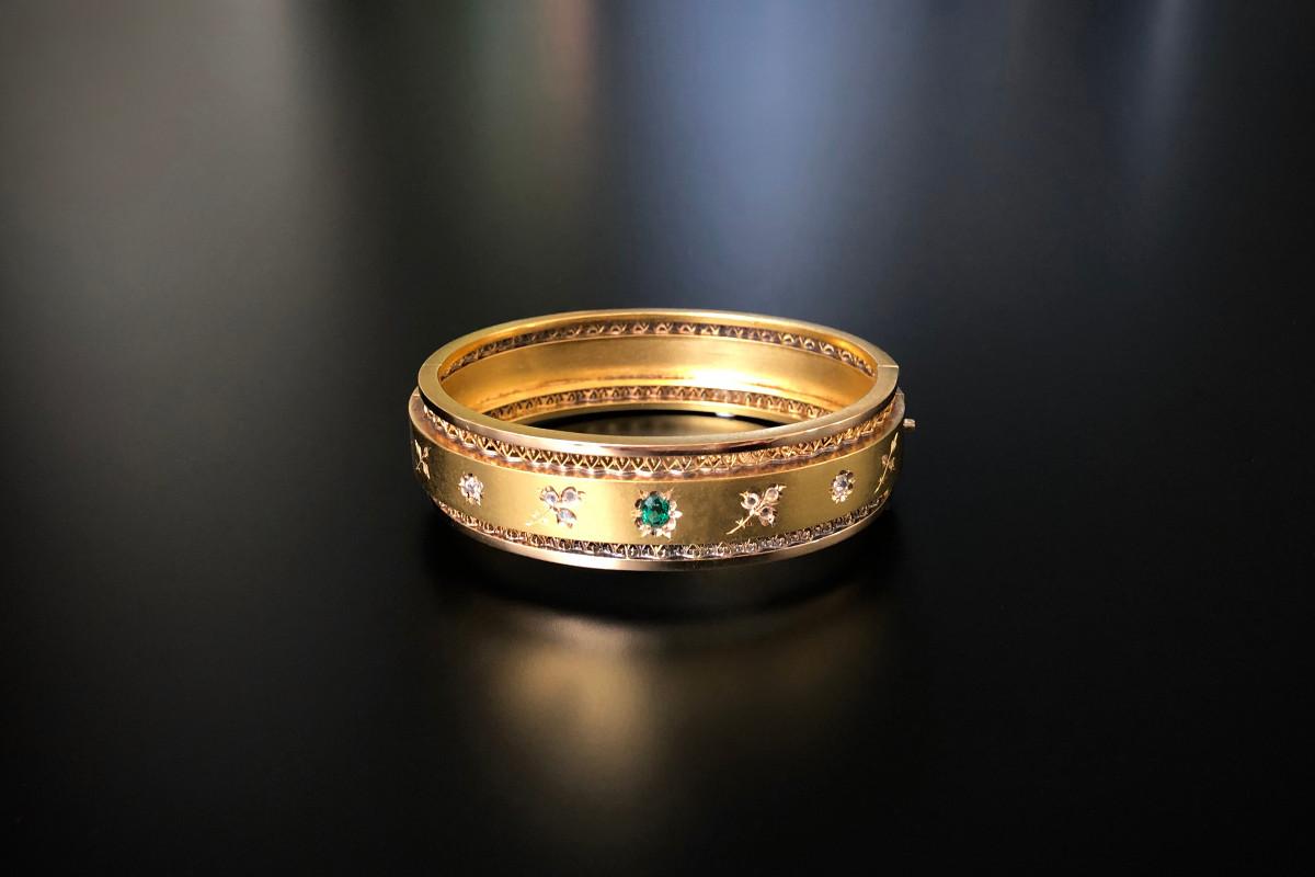A Superb Diamond, Garnet and Gold Bangle