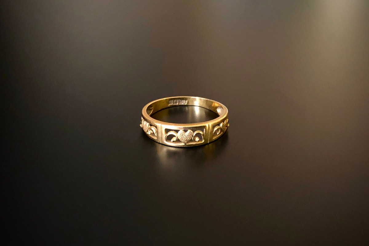 An Sweet Gold Wedding Band Pierced form with three delicate hearts and tendril decoration 21ct gold. Antique.