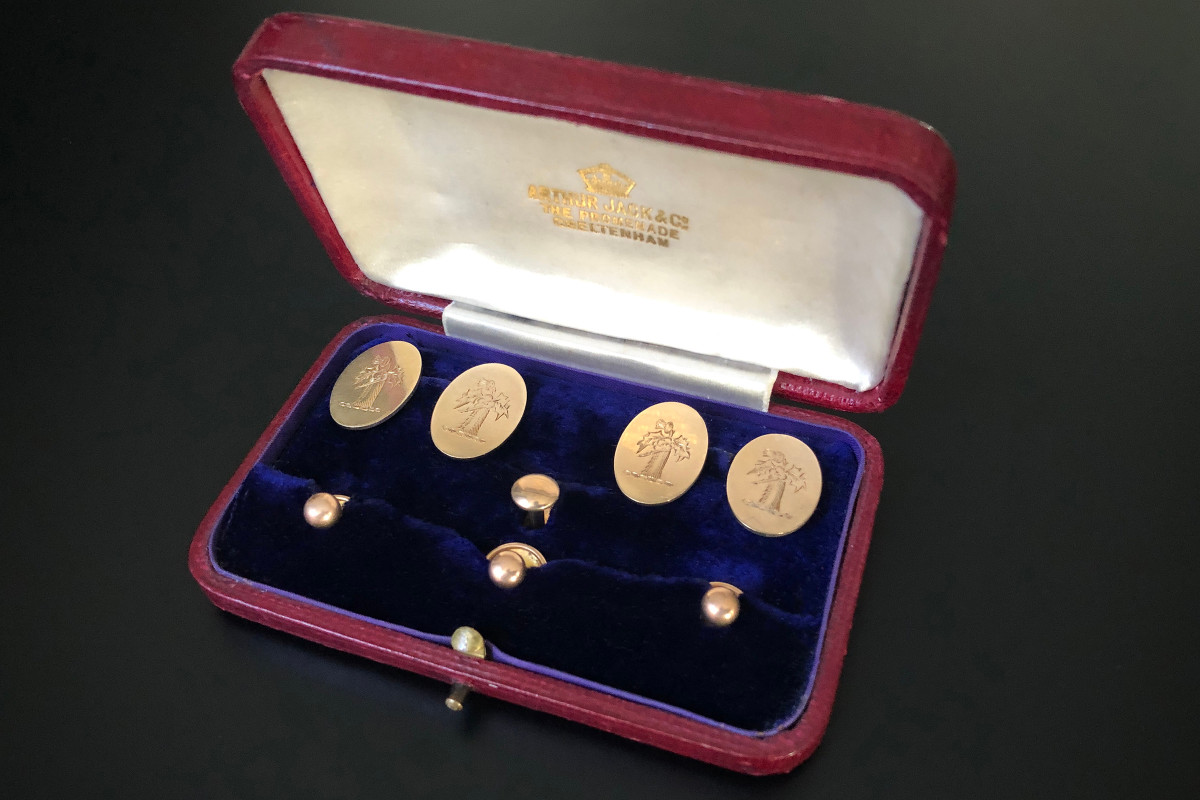 A Stylish Set of Gentleman's Cufflinks and Shirt Studs Each of the four oval panels engraved with the Scottish Thistle crest Accompanied with four polished shirt studs Stamped and hallmarked 9ct yellow gold Birmingham 1913 London Total weight: 12.62gms In original fitted case