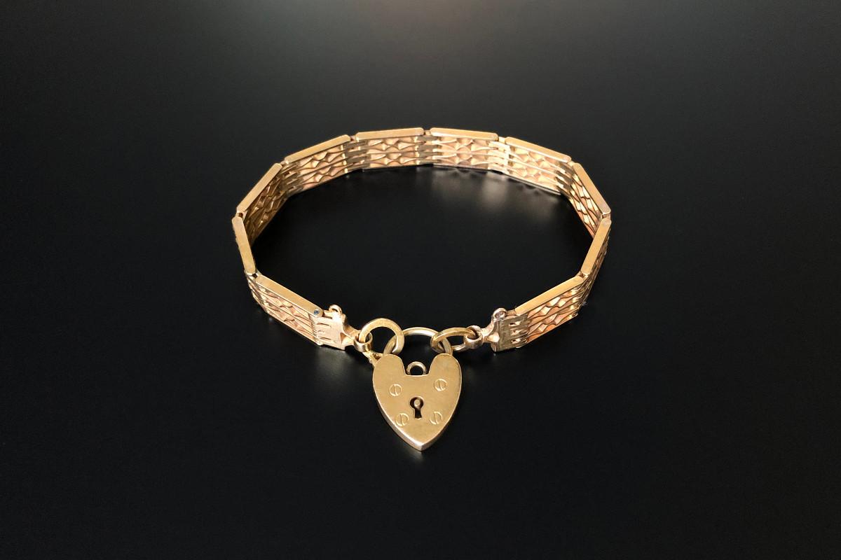 An Elegant Gold Gate Link Bracelet Rectangular pierced panel design with heart locket 15ct yellow gold.  Total weight: 20.43gms. Total length: 18cm Victorian. Circa 1900.