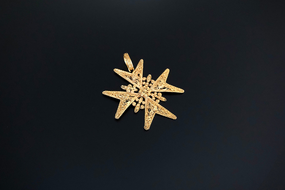 A Divine Georgian Maltese Cross Finely pierced cannetille work throughout. 18ct gold. Dimensions: 42 x 42mm Total weight 6.2gms Antique