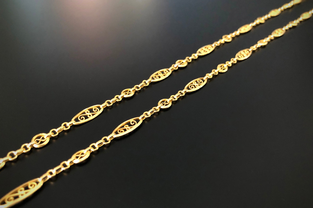 A Beautiful French Gold Guard Chain Rope-twist wire work set within polished oval frames, interspaced with circular jump rings. Bolt ring clasp. 18ct yellow gold. Total weight: 17.21gms Total length: 1500mm Antique.