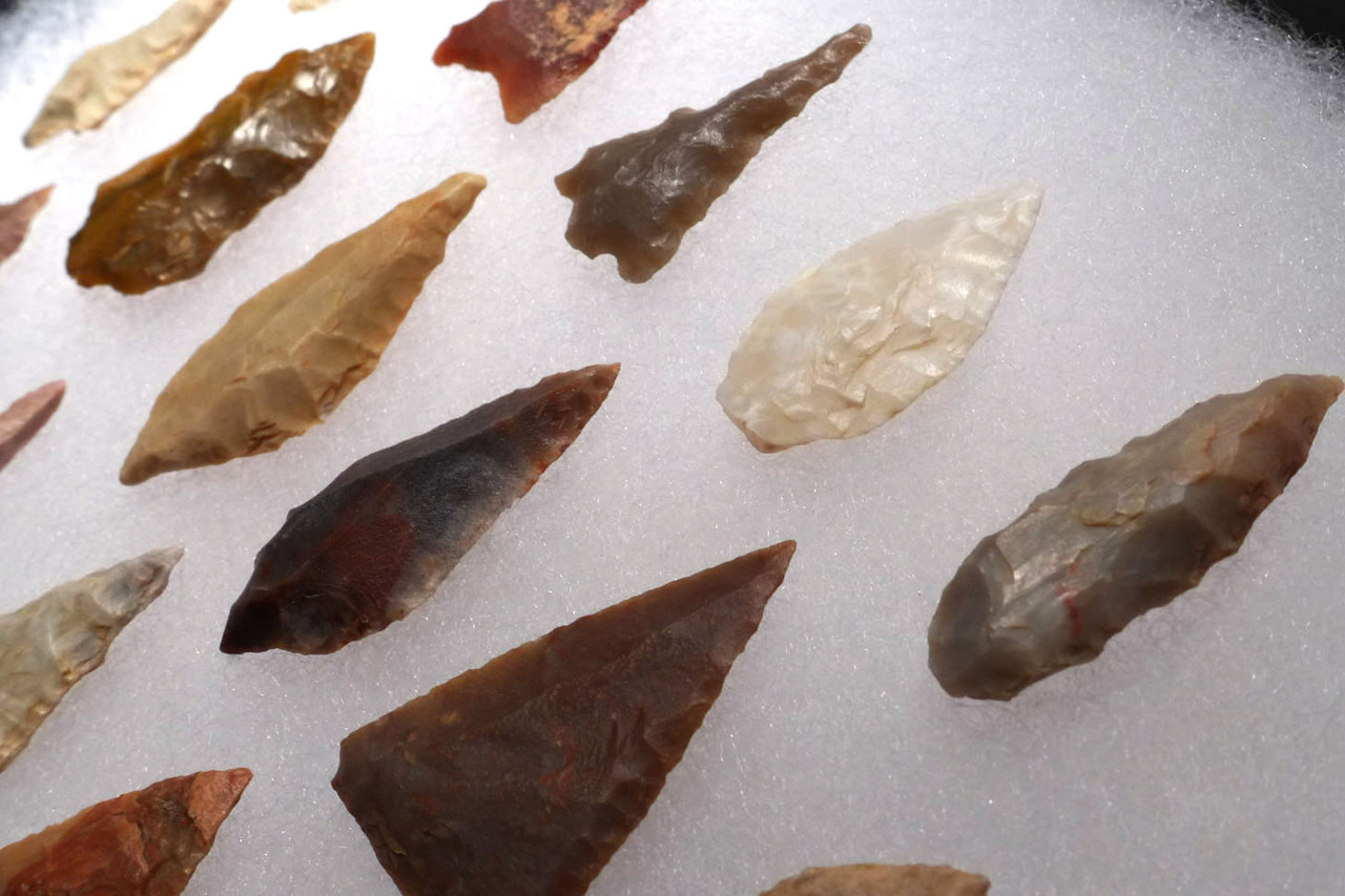 COLLECTION OF 16 EXCEPTIONAL MICROLITH ARROWHEADS OF THE CAPSIAN AFRICAN NEOLITHIC *CAP229