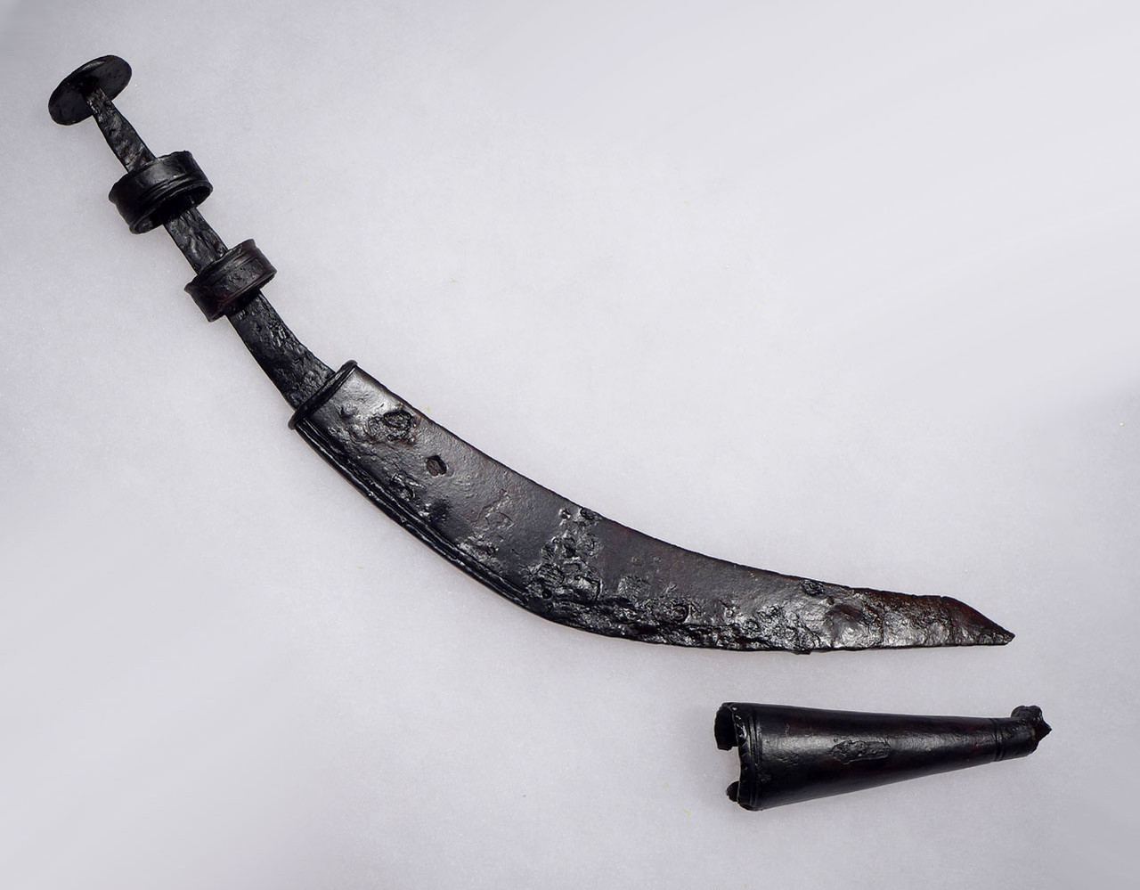 RARE COMPLETE ANCIENT BALKAN CELTIC IRON MACHAIRA CURVED DAGGER KNIFE WITH SCABBARD CHAPE TIP  *CEL012