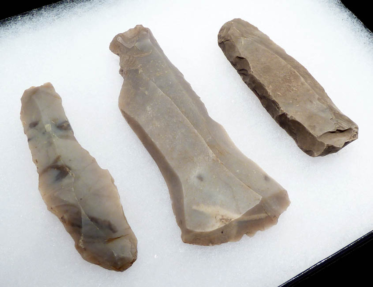 N115 - SUPERB SET OF 3 UNBROKEN LONG FLINT EUROPEAN NEOLITHIC STONE KNIFE BLADES WITH VARIOUS EDUCATIONAL FEATURES