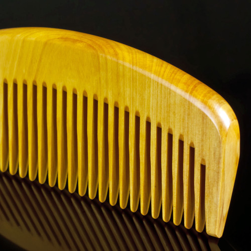 """Japanese traditional """"Tokigushi"""" comb, handcrafted from tsuge boxwood."""