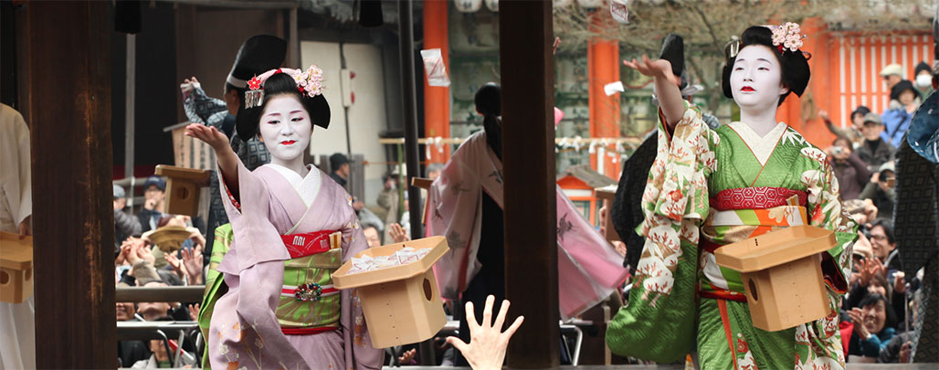 geisha-throwing-beans-to-the-crowd-during-detsubun