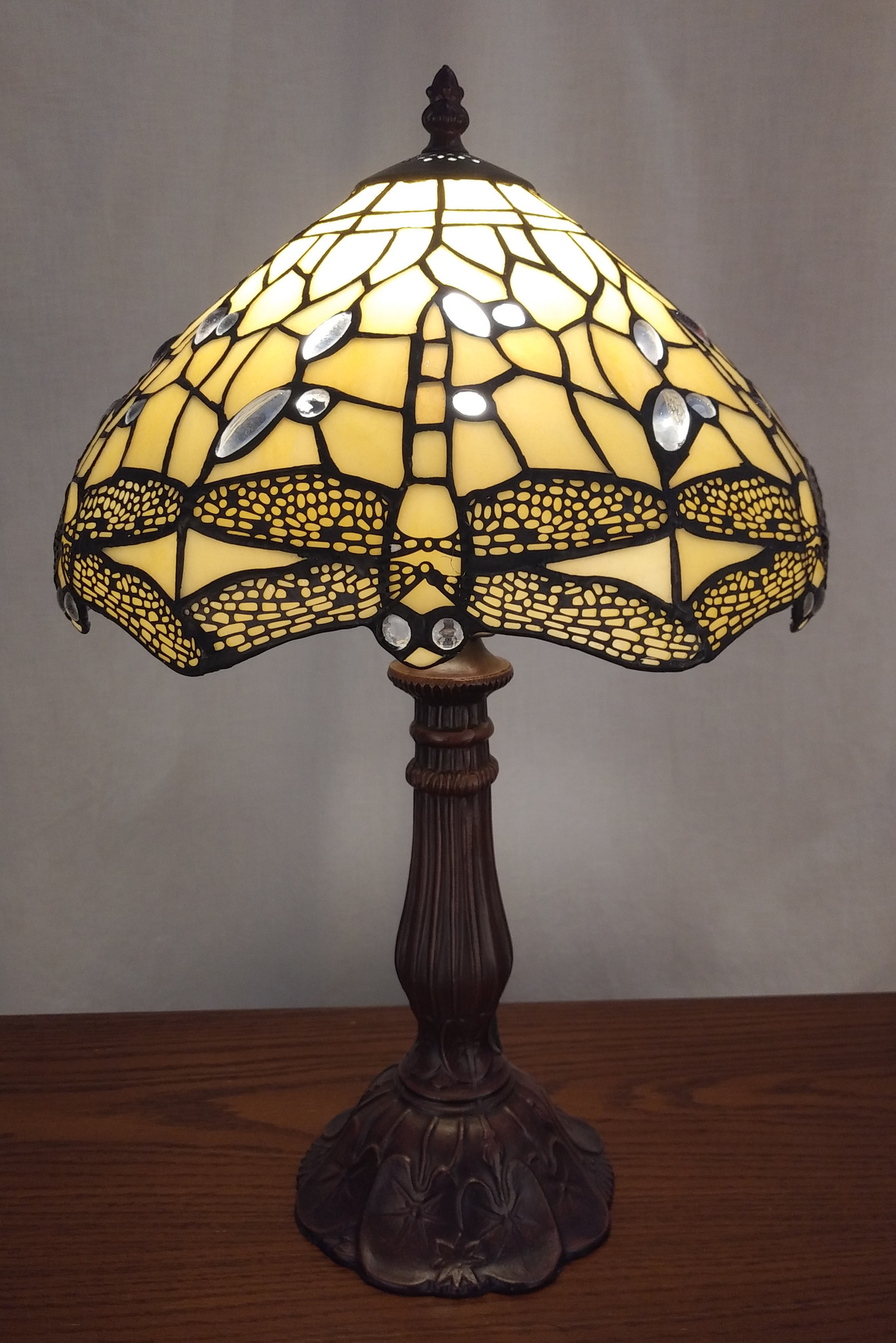 Picture of: Tiffany Style Stained Glass Table Lamp Cream Coloured Dragonfly Design Ibon Antiques
